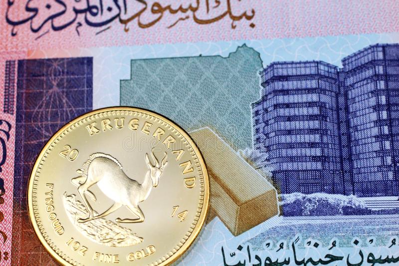Una macro immagine di una moneta cinese del panda dell'oro con una nota sudanese da cinquanta libbre immagine stock libera da diritti