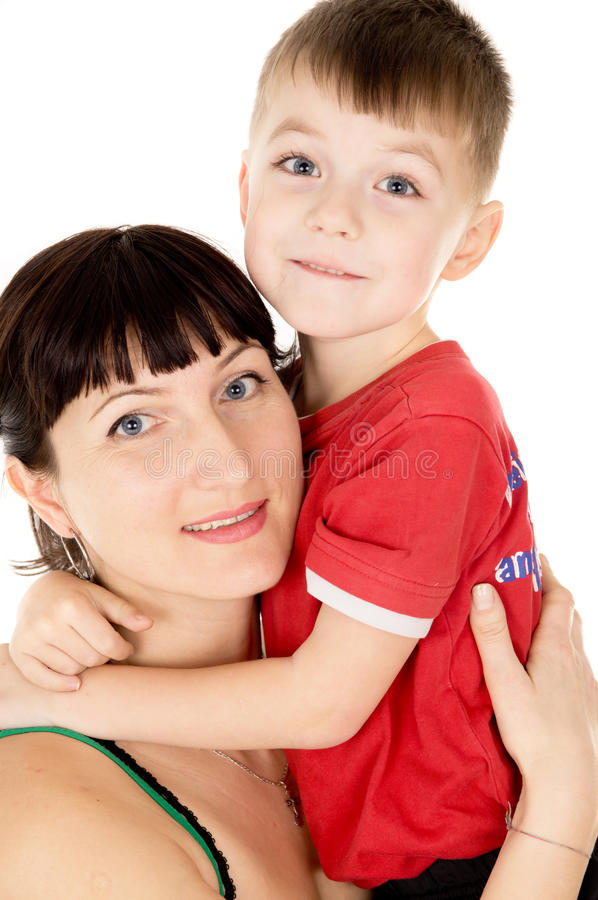 Una madre feliz abraza a su niño imagenes de archivo