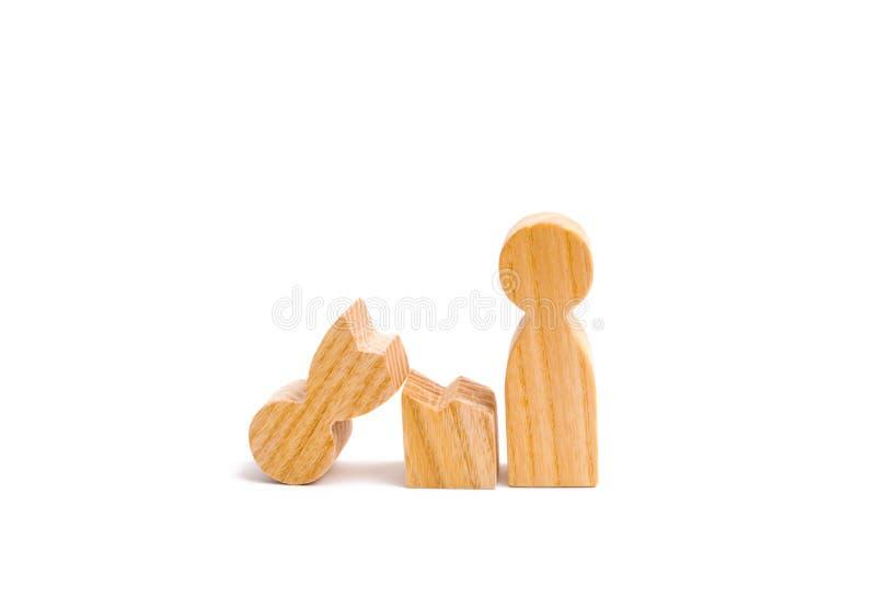 Una madre humana de madera quebrada Distensión en la familia Un padre es quebrado, adicto a las drogas o al alcohol, apego del ju foto de archivo libre de regalías