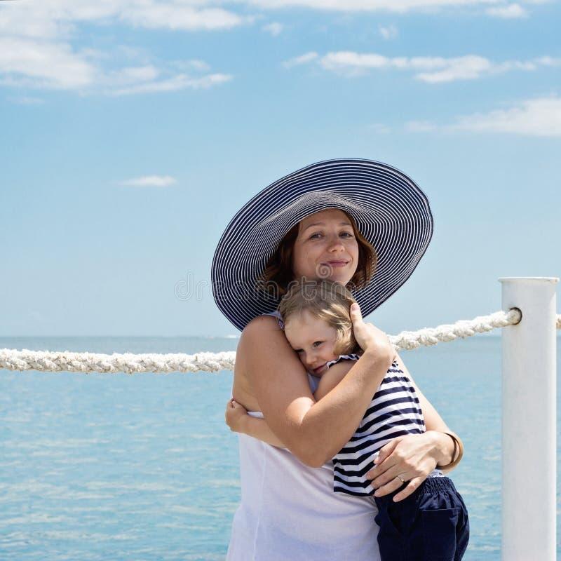 Una madre joven embarazada con una pequeña hija (3 años) en t imagen de archivo libre de regalías