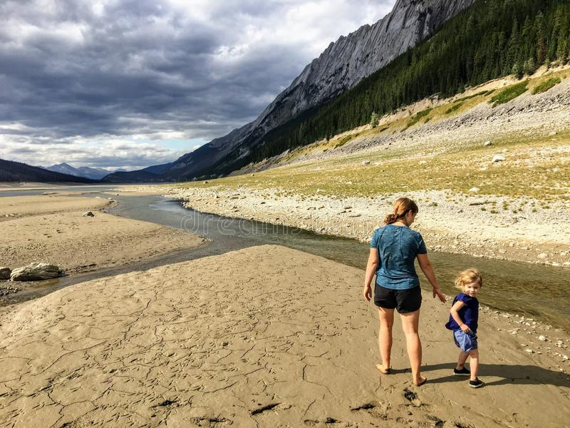 Una madre joven y su niña que exploran la cama de lago desecada del lago de la medicina fotos de archivo libres de regalías