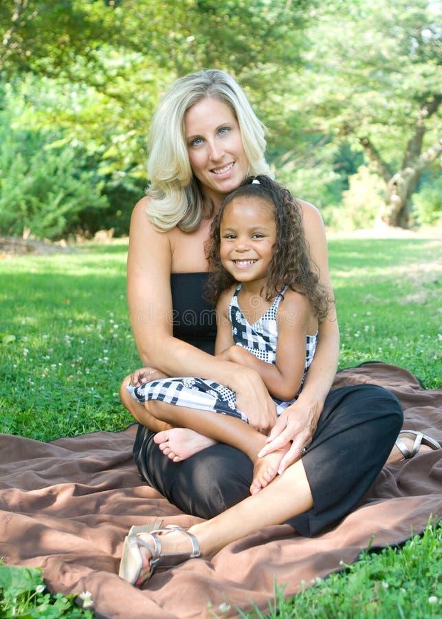 Una madre y su hija de la raza mezclada fotografía de archivo libre de regalías