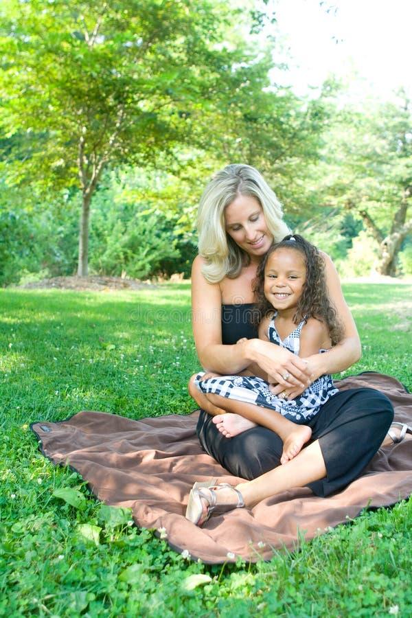 Una madre y su hija de la raza mezclada imagenes de archivo
