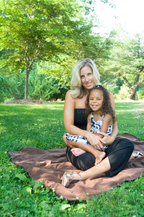 Una madre y su hija de la raza mezclada fotos de archivo