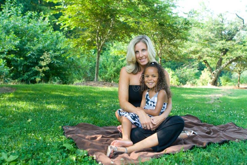 Una madre y su hija de la raza mezclada foto de archivo libre de regalías