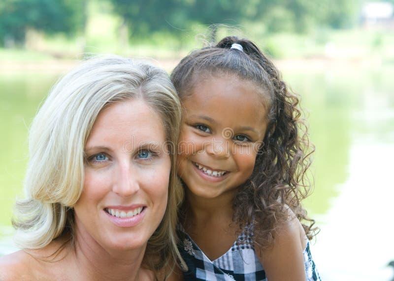 Una madre y su hija de la raza mezclada imágenes de archivo libres de regalías