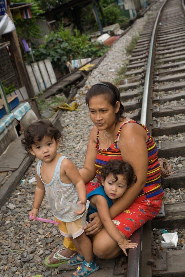 Una madre y sus niños que viven en tugurios fotos de archivo libres de regalías
