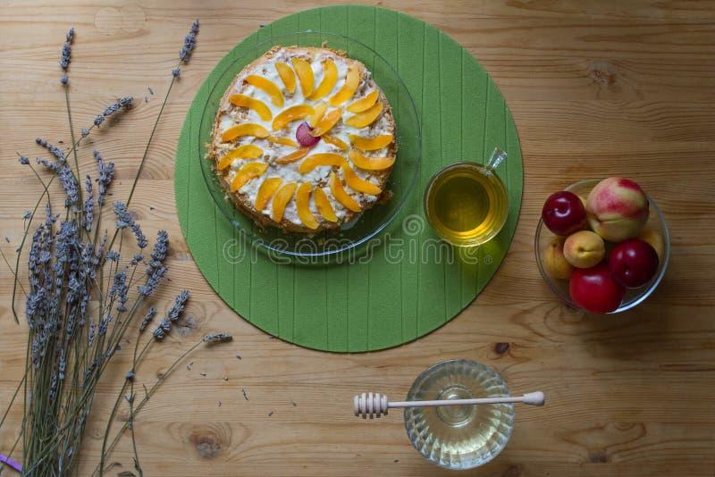 Una madrugada acogedora del desayuno en casa consiste en una torta hecha en casa de la galleta adornada con los pedazos de meloco imagen de archivo libre de regalías