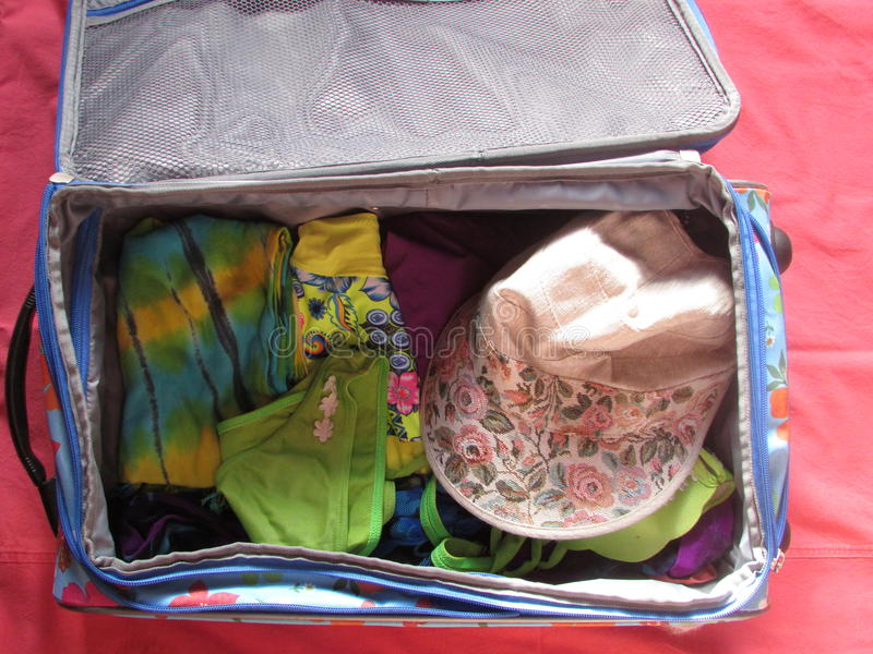 Una maleta con ropa fotografía de archivo libre de regalías