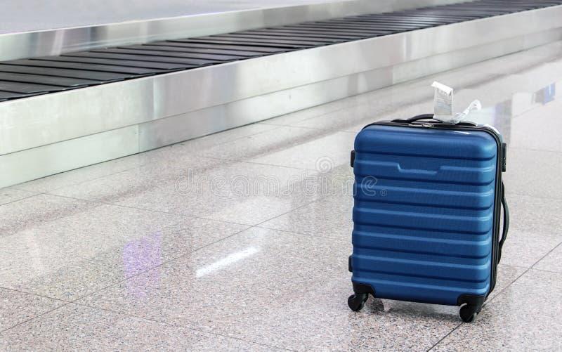 Una maleta perdida olvidada en el pasillo del aeropuerto foto de archivo libre de regalías