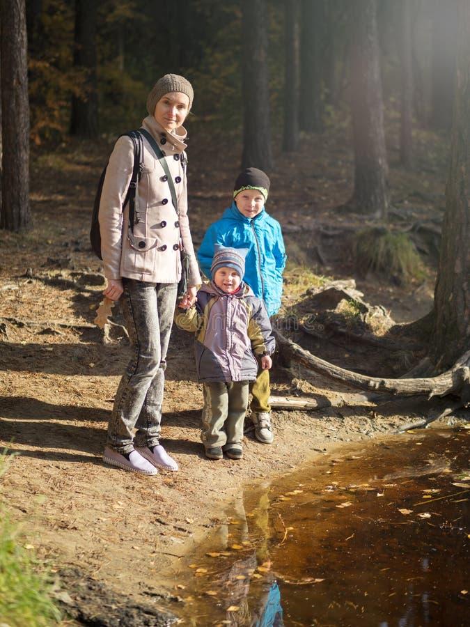 Una mamma felice con due bambini immagini stock
