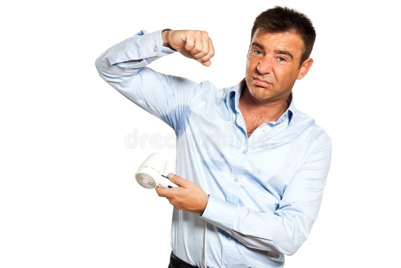 Una mancha del sudor del hombre transpira la camisa de sequía foto de archivo