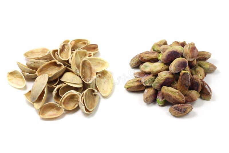 Una manciata di pistacchi e di coperture salati del pistacchio fotografia stock libera da diritti