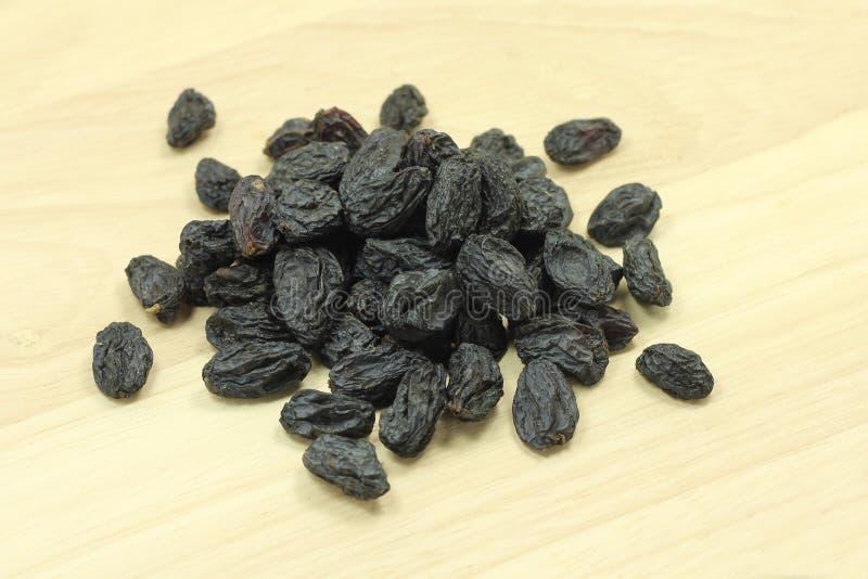 Una manciata di uva passa nera immagini stock