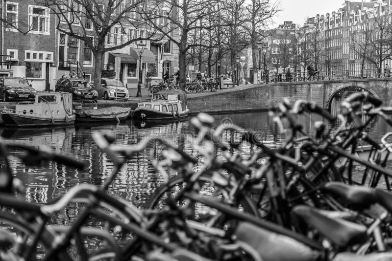 Una manera de bicicletas y de barcos Amsterdam de la vida imagen de archivo
