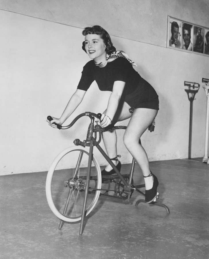 Una manera a prueba de mal tiempo de montar una bici (todas las personas representadas no son vivas más largo y ningún estado exi fotos de archivo