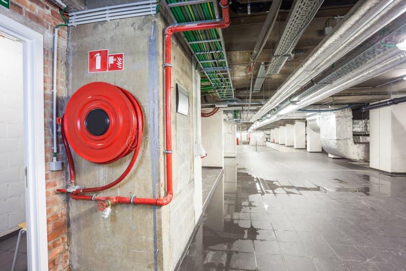 Una manguera de bomberos en un área técnica imagen de archivo