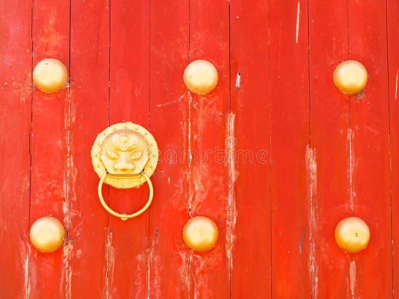 Maniglia della porta del drago sul portone di legno rosso - Maniglia della porta ...