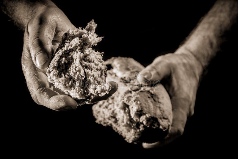 Una mano amiga con el pedazo de pan imágenes de archivo libres de regalías