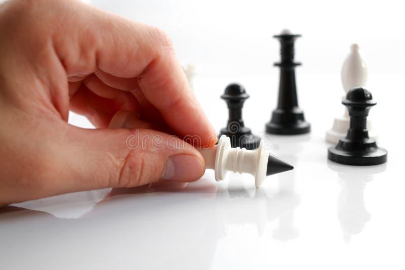 Una mano con gli scacchi fotografia stock libera da diritti
