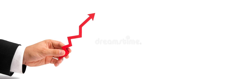 Una mano del ` s dell'uomo d'affari tiene una freccia rossa su su un fondo bianco Il concetto di sollevare e di moltiplicazione r fotografia stock libera da diritti