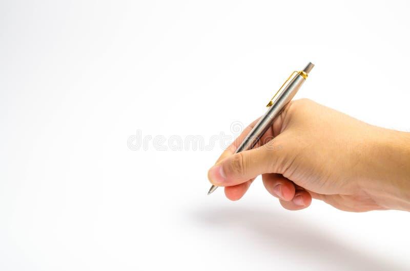 Una mano del ` s dell'uomo tiene una penna su un fondo bianco L'uomo scrive con una penna L'uomo mette una firma sui documenti Il fotografia stock