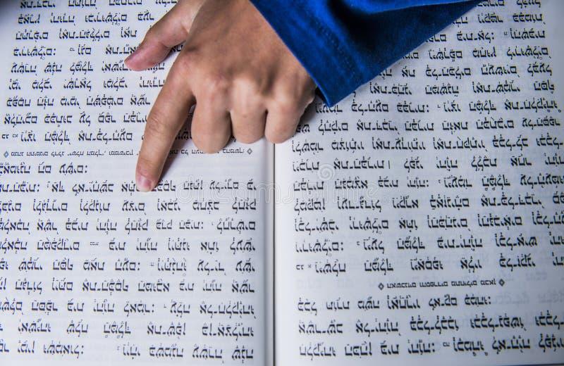 Una mano di preghiere su una bibbia ebrea fotografie stock libere da diritti