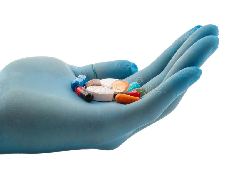 Una mano en un guante del azul sostiene una tableta en la palma de su mano, aislada en un fondo blanco imágenes de archivo libres de regalías