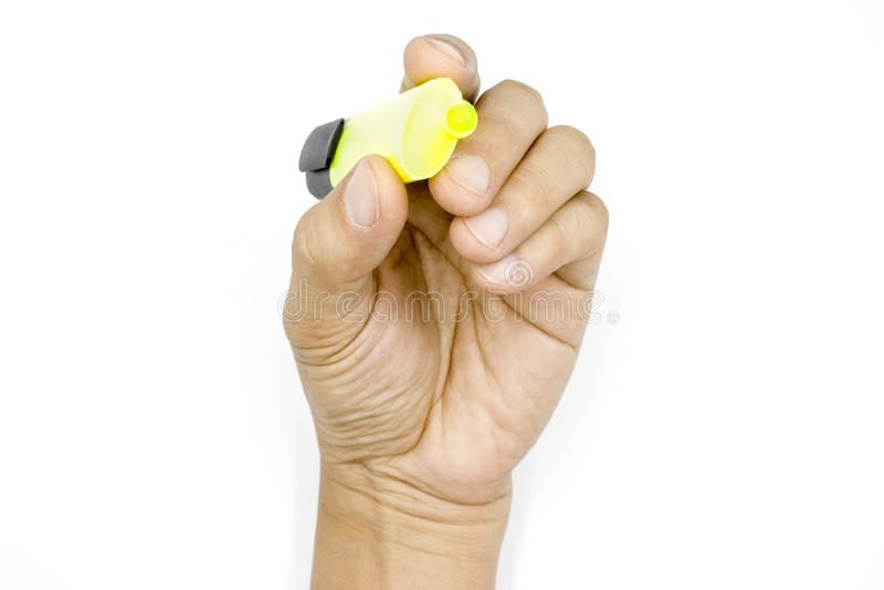 Una mano maschio che tiene la penna di indicatori, evidenziatore, mano dell'uomo isolata su fondo bianco fotografia stock
