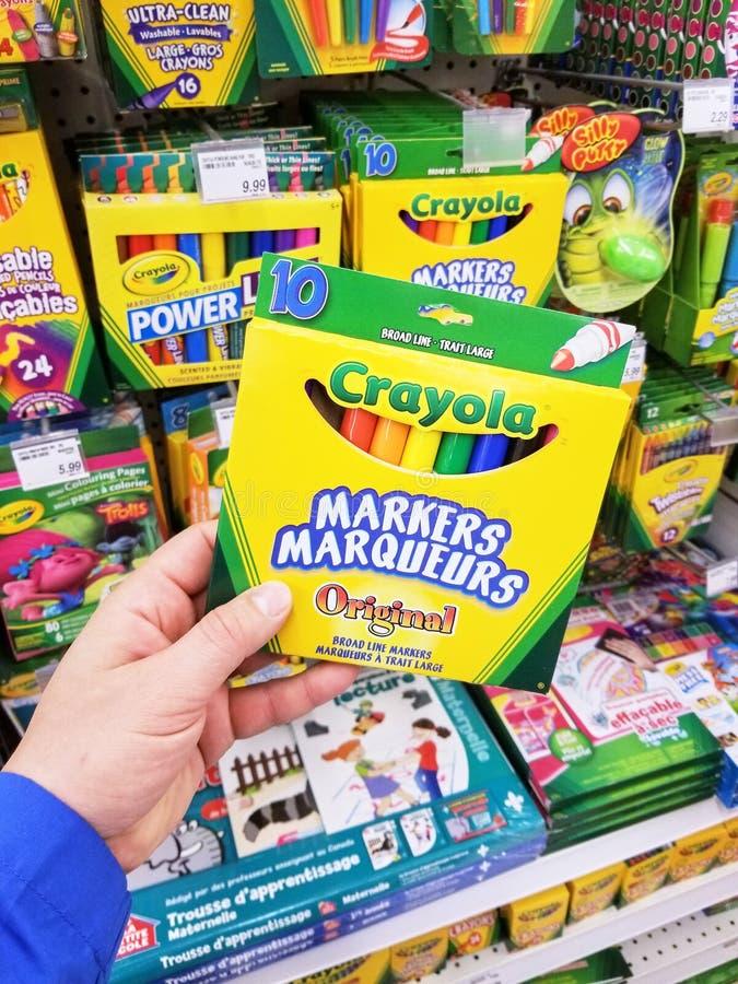 Una mano que lleva a cabo el paquete de Crayola imágenes de archivo libres de regalías