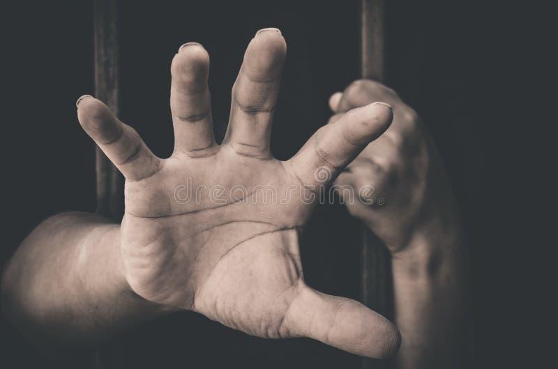 Una mano que se pega fuera de una tentativa de la detención imagen de archivo