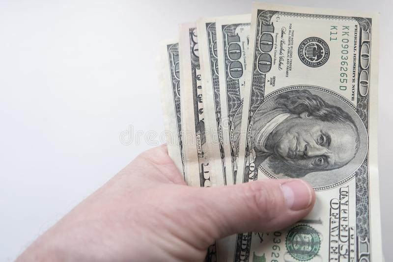 Una mano tiene i dollari fotografie stock