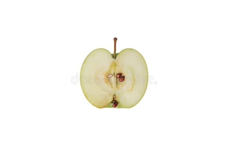 Una manzana cortada verde aislada en el fondo blanco con la trayectoria de recortes fotos de archivo libres de regalías