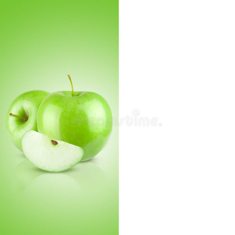 Una manzana fresca, jugosa en un fondo verde del fondo de la pendiente fotografía de archivo