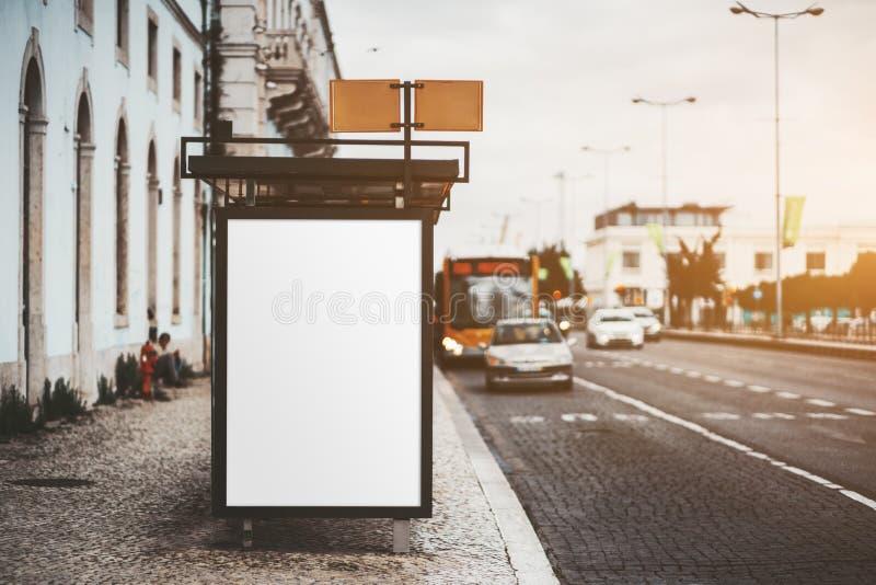 Una maqueta vacía de la bandera en una parada de autobús fotografía de archivo libre de regalías