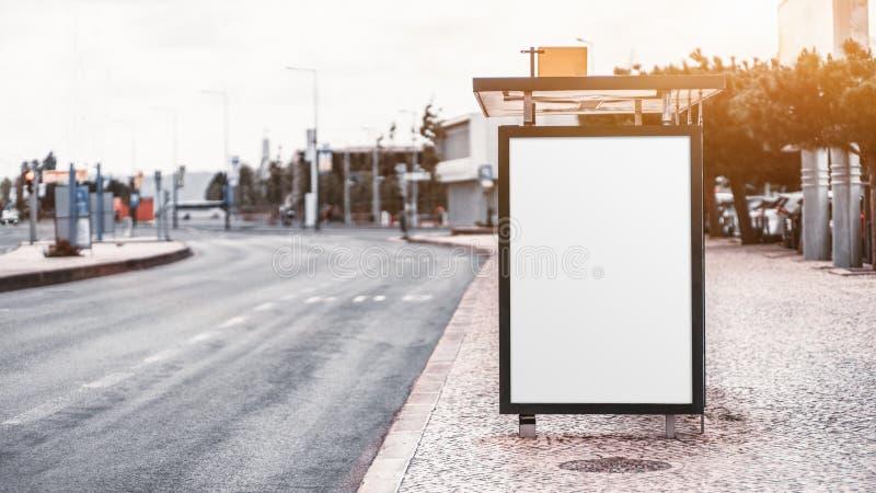 Una maqueta vacía del cartel en una parada de autobús foto de archivo