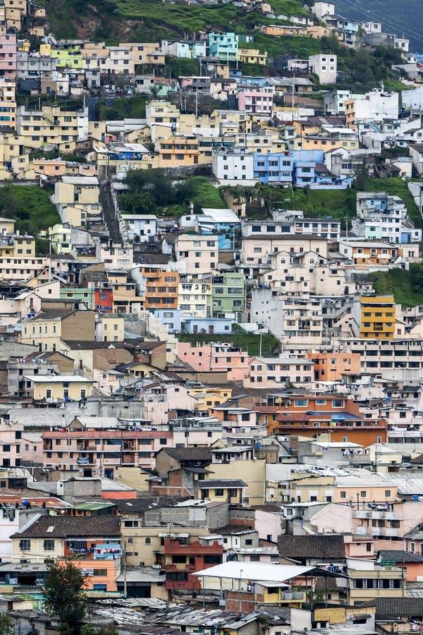 Una masa de las construcciones de viviendas que pasan por alto la ciudad de Quito en Ecuador imagen de archivo