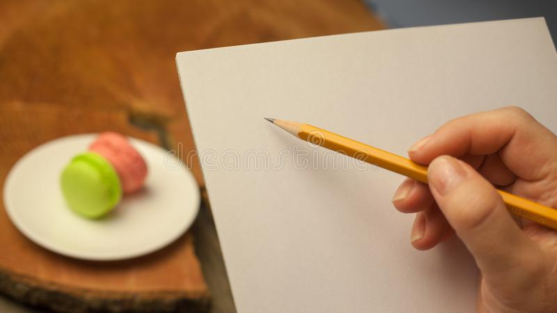 Una matita in una mano immagini stock libere da diritti