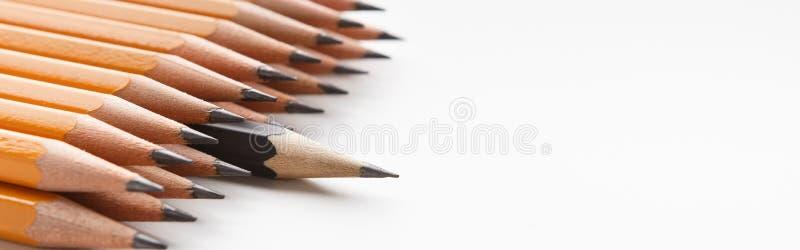 Una matita nera che sporge nell'insieme di quei gialli classici fotografie stock libere da diritti