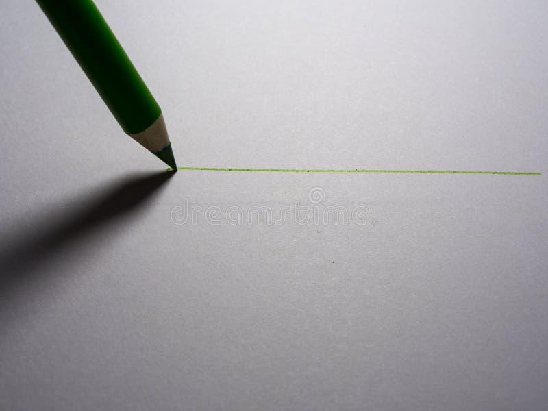una matita nera disegna una linea su pezzo di carta bianco fotografie stock libere da diritti