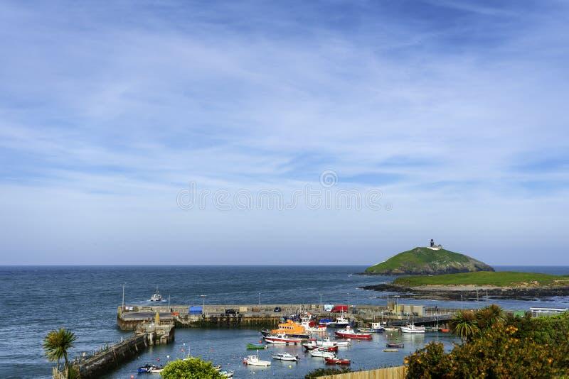 Una matrice colourful delle barche in un porto irlandese fotografia stock libera da diritti