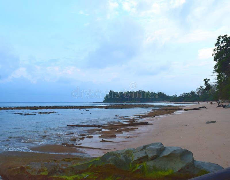 Una mattina piacevole alla spiaggia pacifica con Serene Sea Water, Sitapur, Neil Island, andamane Nicobar - paesaggio naturale immagini stock