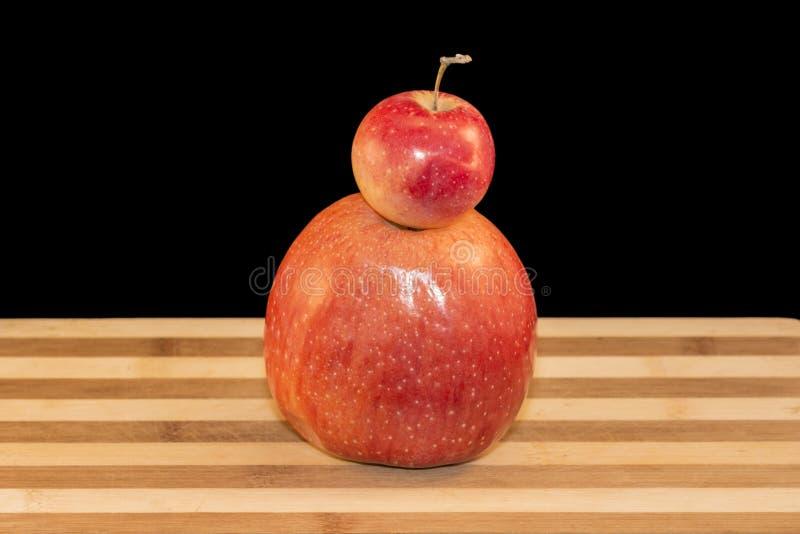 Una mela di due colori rossi immagini stock