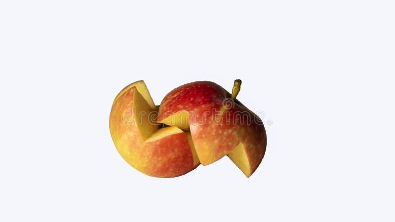 Una mela rossa, isolata, incisa di 2 fette su un fondo bianco Vista laterale fotografia stock