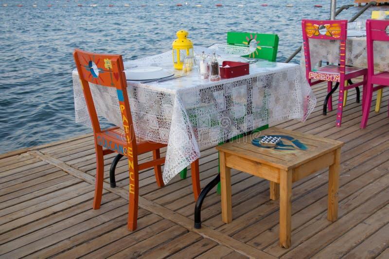Una mesa de comedor colorida t la playa imagenes de archivo