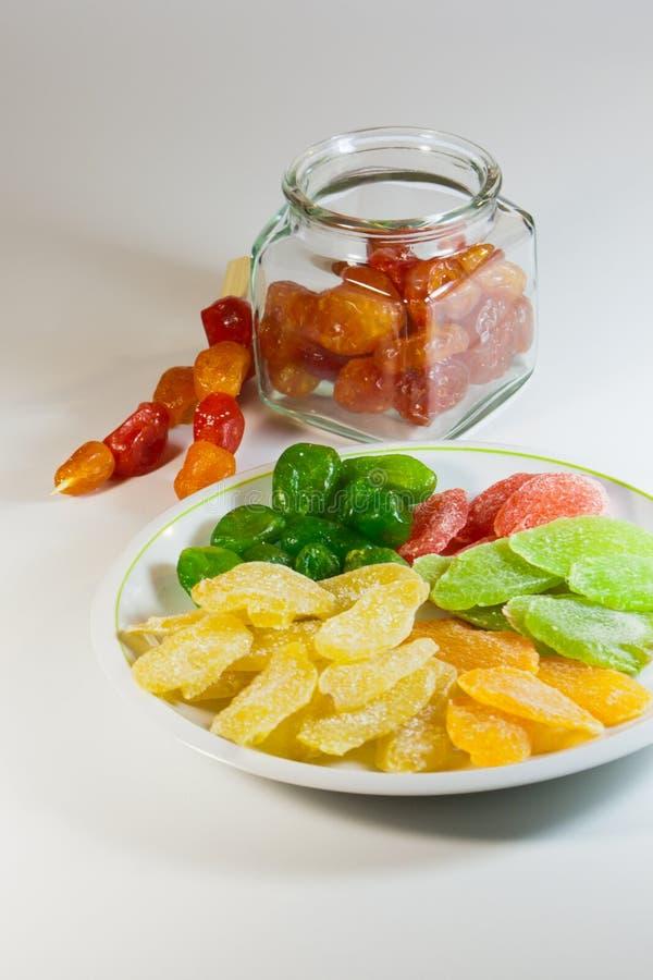 Una mezcla de frutas secadas escarchadas en una placa imagen de archivo libre de regalías