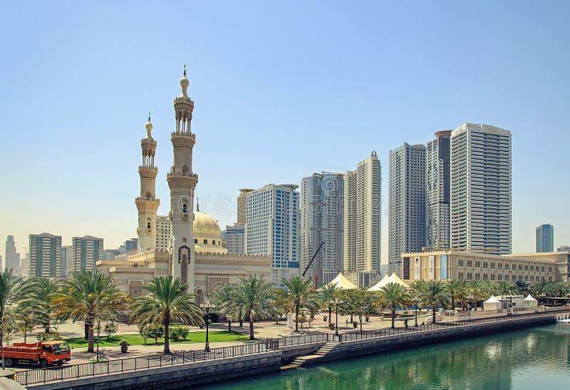 Una mezquita grande en Sharja imagen de archivo