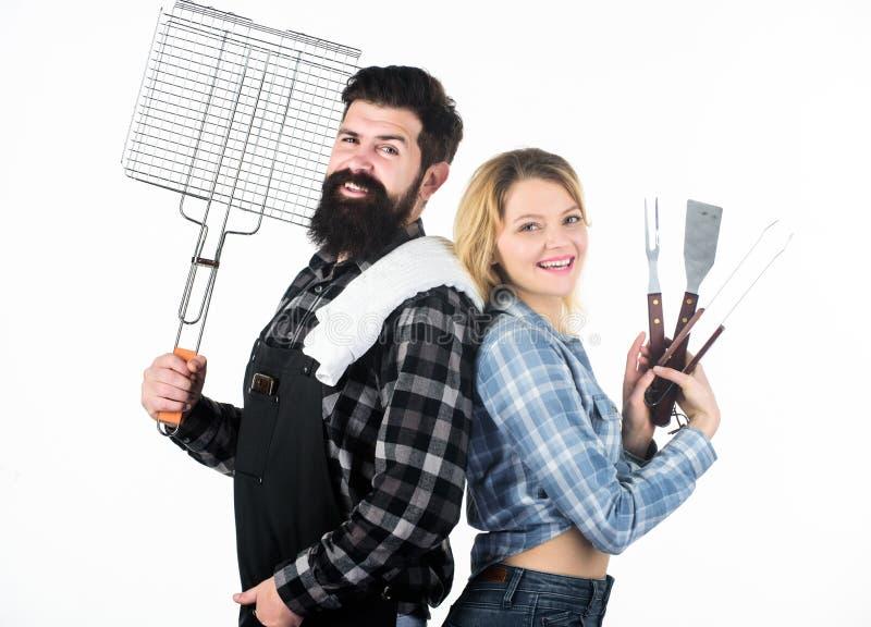 Una migliore griglia per un migliore cuoco Picnic felice della tenuta della ragazza di sexi e dei pantaloni a vita bassa fissato  fotografia stock libera da diritti