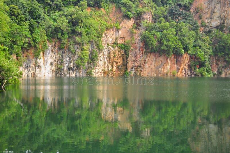 Una mina con la reflexión en el agua fotografía de archivo