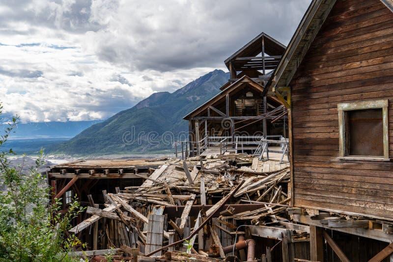 Una mina de cobre abandonada en Alaska - la mina de Kennecott en St Elias National Park de Wrangell fotografía de archivo libre de regalías